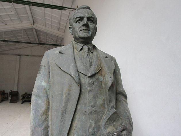 Třímetrovou sochu Klementa Gottwalda přivezl náklaďák do depozitáře Alšovy jihočeské galerie na letišti Planá.