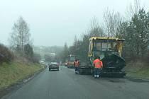 Opravy silnice u Strážkovic.