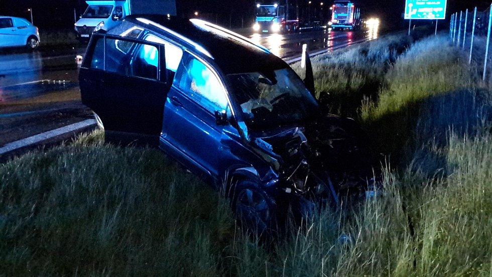 U Kamenného Újezdu se srazila ve středu v noci dvě auta. Řidič BMW zemřel.
