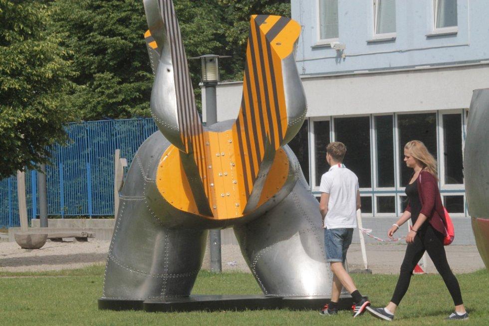Sochařská výstava Umění ve městě začala v Českých Budějovicích. Zapojilo se 13 autorů, vystavují přes dvě desítky prací. Open air expozice se letos rozšířila do Hluboké nad Vltavou a Veselí nad Lužnicí. Na snímku dílo Oil daily, autor Richard Keťko.