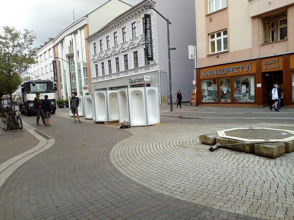 Od června do září bude trvat 13. ročník výstavy ve venkovním prostoru Umění ve městě. Ta se už v Českých Budějovicích instaluje.