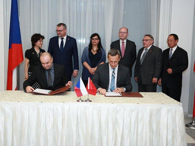 Podpis memoranda mezi VŠTE a společností Huawei, kterou podepsali zástupci obou stran v Pekingu za přítomnosti českého premiéra Bohuslava Sobotky během jeho návštěvy Číny.