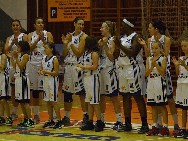 ZATLESKALY SI. K premiérovému duelu s Ostravou nastupovaly strakonické basketbalistky v dobré náladě, která jim vydržela i po zápase.