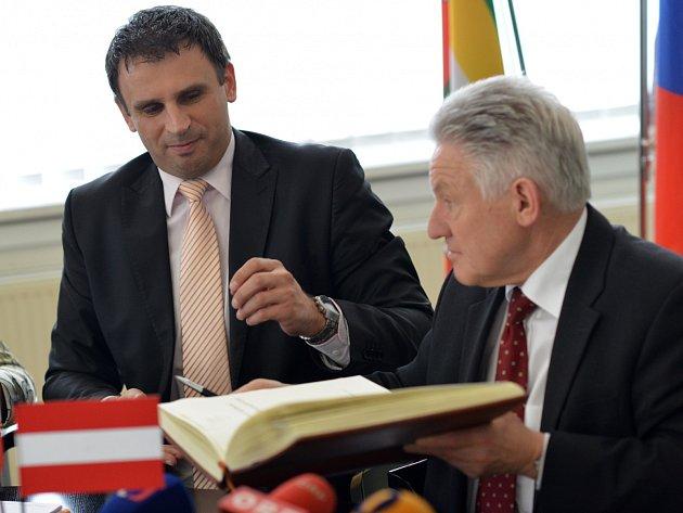 Hornorakouský hejtman Josef Pühringer (vpravo) s jihočeským hejtmanem Jiřím Zimolou se shodli na nutnosti dokončit kvalitní dopravní spojení mezi oběma regiony.