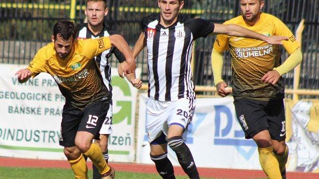 Petr Javorek v minulém utkání Dynama v Sokolově stíhá Davida Štípka. V pátek hraje Dynamo ve II. lize doma s Hradcem Králové (18).