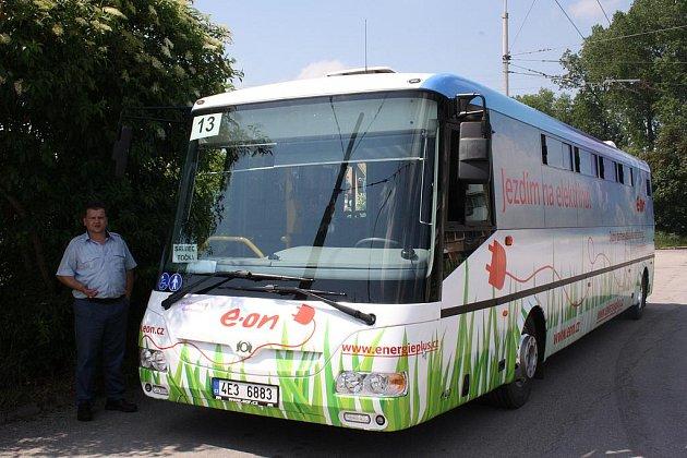 Cestující budějovické MHD si mohou vyzkoušet jízdu elektrobusem. Na snímku je jeden z řidičů David Lataj.