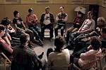 Sezení terapeutické skupiny se natáčelo v němčické škole. Klientů je dvanáct, v kruhu jsou ještě dva terapeuti.