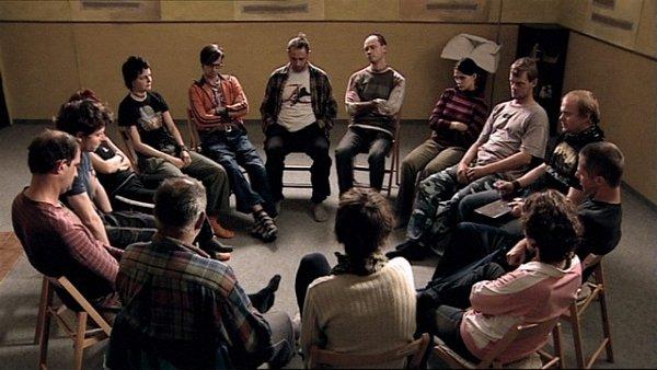 Sezení terapeutické skupiny se natáčelo vněmčické škole. Klientů je dvanáct, vkruhu jsou ještě dva terapeuti.