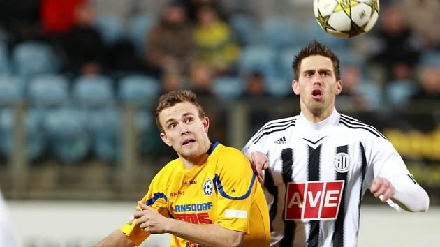 Michal Klesa v zápase Dynama s Varnsdorfem bojuje s Lukášem Jakobovským.
