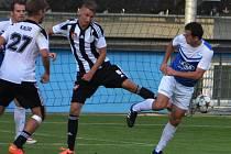 Pavel Novák v derby bojuje s táborským Šimlem, vlevo přihlížejí Hanzlík a Kalod.