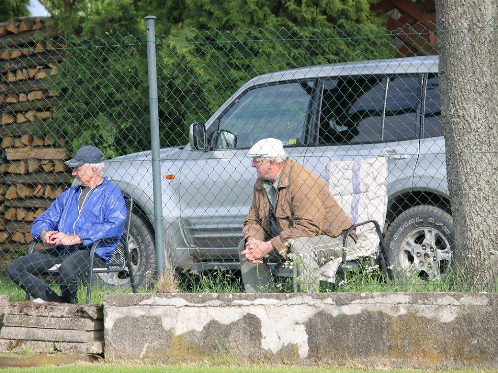 Diváci byli i za plotem... Olešník ve šlágru I.A třídy vyhrál nad Týnem 3:0 a posunul se před Olympii na druhé místo.