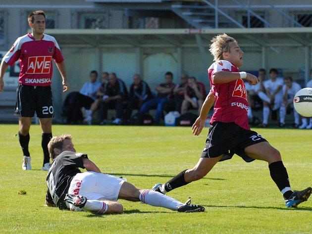 V podzimním vzájemném zápase fotbalisté Dynama doma hráli se Žižkovem 1:1 (tehdejší opora týmu Jaroslav Černý uniká žižkovskému Kučerovi) a bod by zřejmě brali i v neděli.