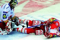 Brankář HC Mountfield dohlíží na ležícího Tomáše Micku. Jihočeši přivezli z Prahy ze Slavie cenný  bod za porážku 1:2 po samostatných nájezdech.