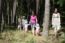 Houbaření je zábava pro malé i velké. Na snímku je houbařská výprava nedaleko Koloděj nad Lužnicí.