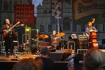 V pondělí otevřel pětidenní jazz tour v Praze Scofiled, v sobotu večer jej chicagská vyslankyně PEACHES STATEN Peches Staten (foto vlevo nahoře ) – první ryzí bluesmanka v nabídce BJF definitivně a v tanečním duchu uzavře.