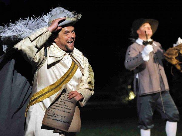 Romantická komedie Tři mušketýři má vúterý 18.srpna jubilejní 150.reprízu před otáčivým hledištěm vČeském Krumlově. Je to rekord vpočtu uvedení jednoho titulu před točnou. Na snímku Roman Nevěčný jako Buckingham.