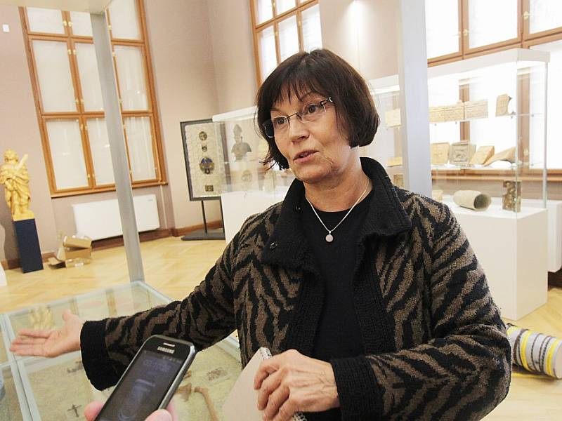 Jihočeské muzeum otevře 28. října novou stálou expozici Příběh města Českých Budějovic. Tři sály zaplní přes tisíc předmětů. Na snímku autorka výtvarného projektu Milena Benes.