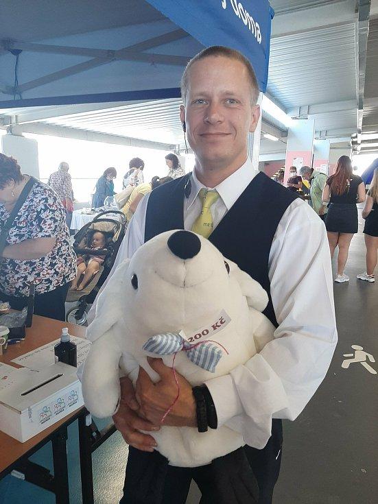 Bílého myšáka na Kabelkovém veletrhu koupil pro svou přítelkyni Kláru Martin Kukačka. Oba pracuji v budějovickém IGY.