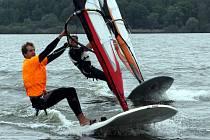 Účastník LOH v Londýně 2012 Karel Lavický při tréninku nepohrdne vodami Lipenské přehrady, kde windsurfingu propadl.