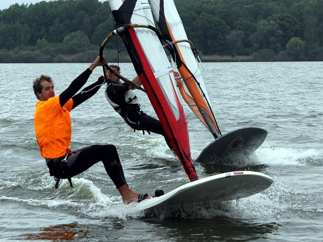 Účastník LOH vLondýně 2012Karel Lavický při tréninku nepohrdne vodami Lipenské přehrady, kde windsurfingu propadl.