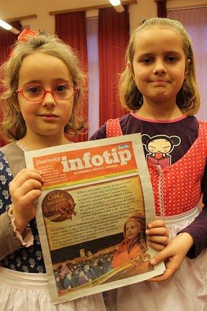Magdalena (vpravo) a Roxana Barde se zpěvníkem koled, který vnašem Deníku vyšel minulý týden. Na jeho titulní strany se obě sestry našly.