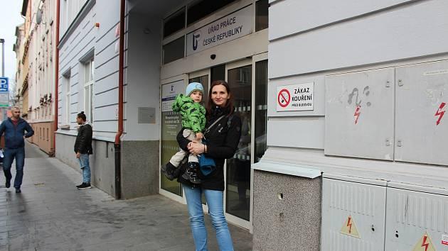 Veronika Prokešová frontu kvůli změně čerpání rodičovského příspěvku na Pracovním úřadě v Českých Budějovicích v pondělí frontu nestála.