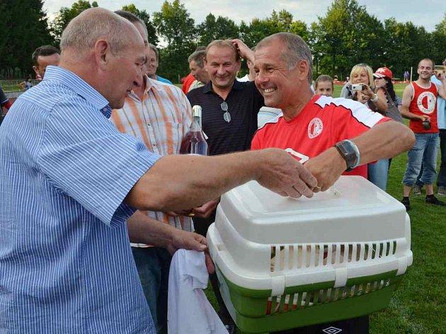 Petr Rada na turnaji v Nové Včelnici dostal jako zvláštní cenu klec s chovnými holuby.