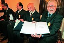 Karel Fořt, Věroslav Mertl i Miloš Velemínský (na snímku zprava) jsou na udělené madaile patřičně pyšní.