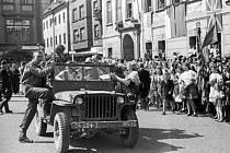 Legendu jihočeských fotografů připomíná do konce července budějovická Galerie Nahoře. Snímek z roku 2007. Na snímku osvobození 1945, na budějovickém náměstí se sešli vojáci z Ruska i USA.