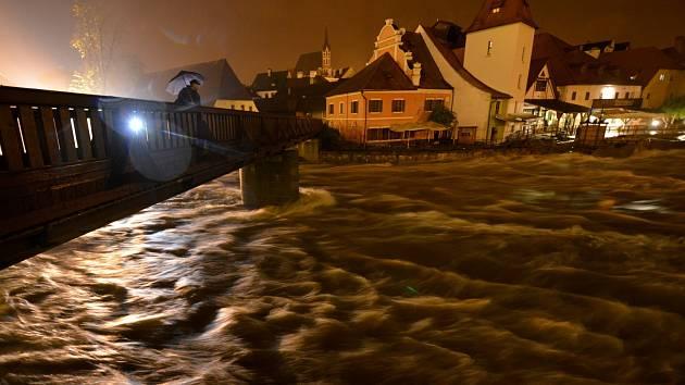Rozbouřená Vltava v noci z 2.na 3.června pod lávkou u Plášťového mostu v Českém Krumlově. Voda v řece kolem půlnoci o pár centimetrů opadla.