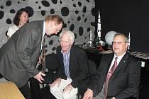 Slavnostní otevření českobudějovického planetária. Vpravo první rumunský kosmonaut Dumitru Dorin Prunariu, uprostřed americký astronaut Russell Louis Schweickart a vlevo astronom Miloš Tichý.