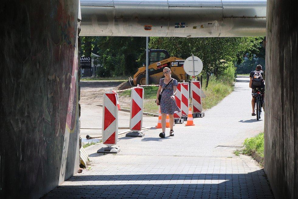 Práce u litvínovického mostu v Českých Budějovicích.