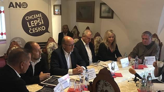 Na čele kandidátky ANO v komunálních volbách v Českých Budějovicích v roce 2018 bude současný primátor Jiří Svoboda. Na snímku třetí zleva s ostatními čelnými kandidáty.