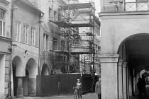 Tehdejší ulice 5. května s mydlářským domem v listopadu roku 1986.