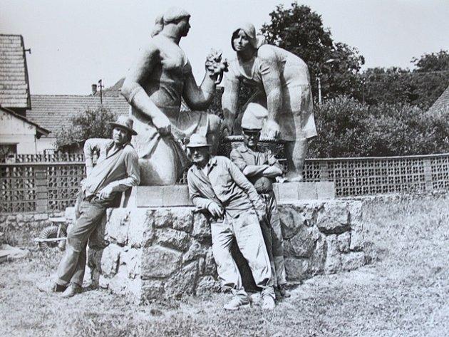 Sochař Miroslav Raboch na archivním snímku usvého díla.