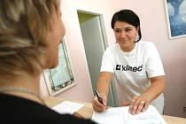 Sestra Renata Olžbutová objednává pacientku v ordibaci doktorky Věry Bouškové v českobudějovické Dlouhé ulici.