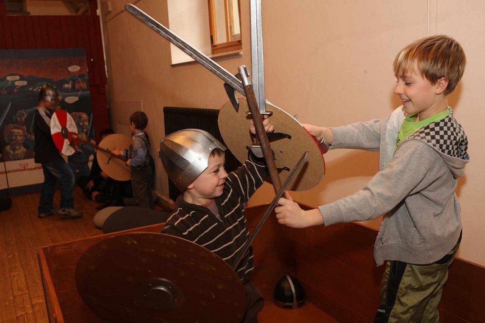 Písecká Sladovna nabízí novou výstavu Stroj času. Děti přenese do pravěku, antického Říma, za Kelty, do středověku, renesance i 19. a 20. století. Výstava potrvá do 26. dubna 2015. Kluci řádí s meči.