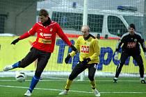 David Střihavka, jehož atakuje budějovický Martin Leština, dal ve středečním utkání Tipsport ligy Plzeň - Č. Budějovice (2:0) první gól domácí Viktorie.