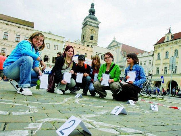 Křídová figurína na českobudějovickém náměstí připomněla neutěšeně se zvyšující množství zbytečných ztrát životů.