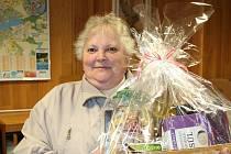 Jednou z dárkyň, které přinesly kabelky, byla i Marie Korandová (na snímku) ze Stráže nad Nežárkou. Přestože od začátku příliš nevěřila, že by mohla vyhrát některou z cen, nakonec si odnesla dárkový koš plný dobrot od společnosti Druid.