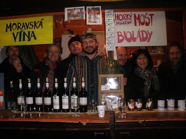 AG Flek se po koncertě zahřál u stánku Zdraví z Moravy s moštem.