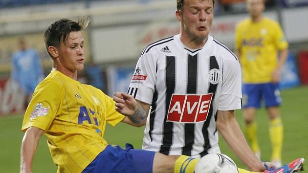 Jakub Řezníček v zápase s Teplicemi bojuje s hostujícím Slavíkem.