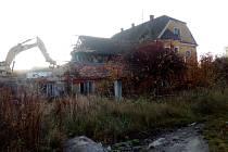 Bagr nyní demoluje historický dvůr Švamberk poblíž Ševětína na Českobudějovicku.
