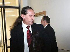 Výkon, před kterým by možná smekl i proslulý řečník Fidel Castro, předvedl u okresního soudu Tomáš Bartyzal.