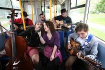 Budějovický Majáles přesune noční program z klubů ven. Snímek z loňského roku, autobus s živou hudbou, kapela Just.