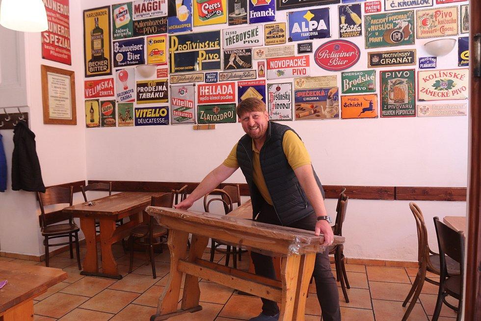 """""""Na rozhýbání to bude fajn,"""" těší se na pondělní otevření zahrádek Karel Sarauer, šéf hostince U černého koníčka v Žižkovce. """"Budeme mít otevřeno zřejmě jen přes obědy, máme zahrádku pouze s pěti stoly,"""" dodává."""