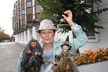 Daniela Bambasová se dvěma čarodějnicemi,do Kabelkového veletrhu