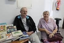 Manželé Prášilovi přinesli do redakce kabelku a dětské knihy.