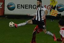 Roman Wermke v zápase s Pardubicemi střílí vedoucí gól Dynama.