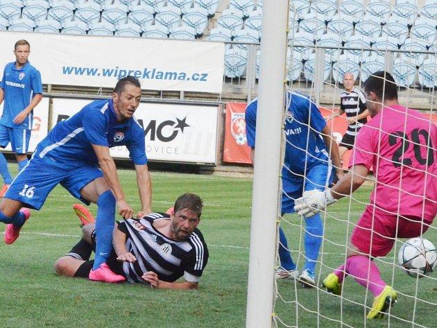 Richard Kalod střílí v zápase s Vítkovicemi vítězný gól Dynama.